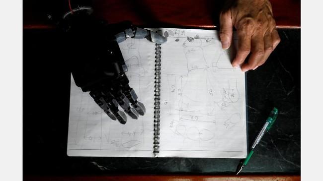 Latar belakangnya sebagai insinyur mendorong Chang mengembangkan sendiri lengan bionik dengan jari-jari yang bisa digerakkan menggunakan teknologi cetak tiga dimensi (REUTERS/Tyrone Siu)