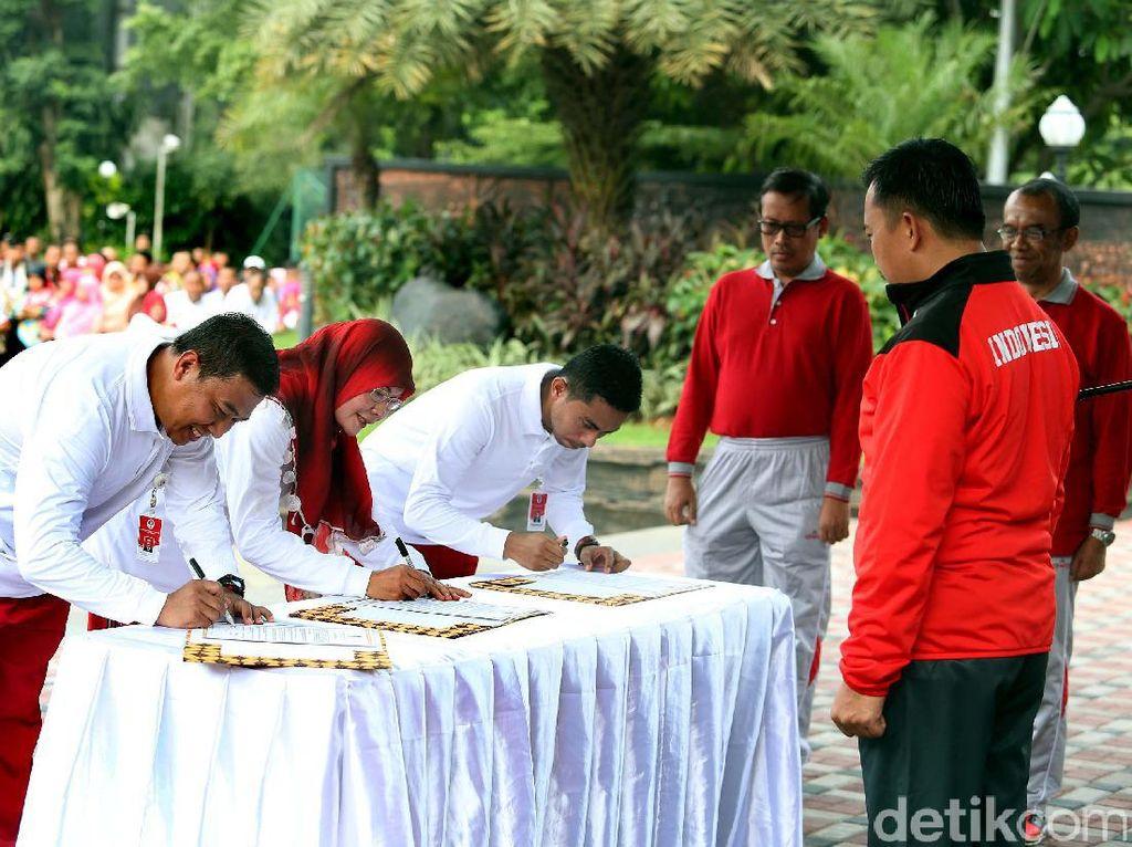 Para pejabatan yang dilantik menandatangani surat pelantikan.