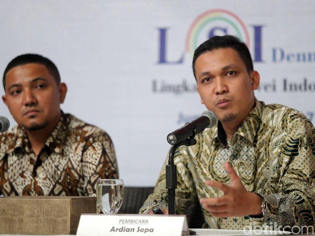 Peneliti Lembaga Survei Indonesia (LSI) Denny JA Ardian Sopa memaparkan hasil survei.