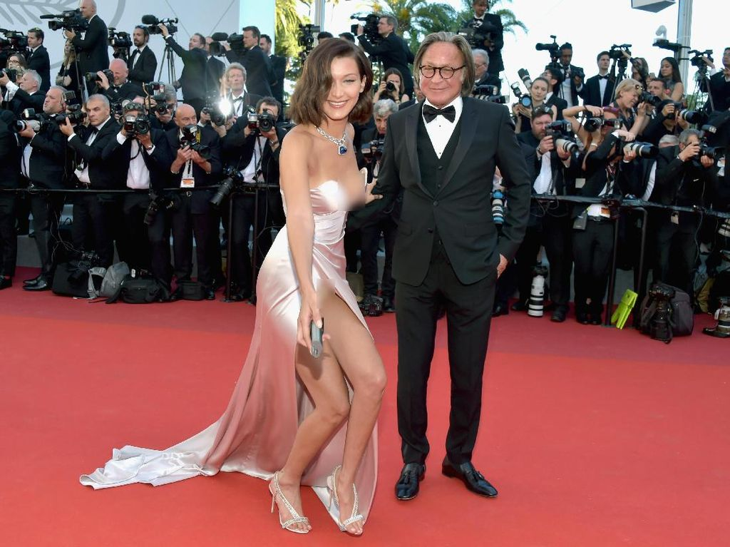Bella Hadid tak sengaja ekspos celana dalamnya. Foto: Pascal Le Segretain/Getty Images