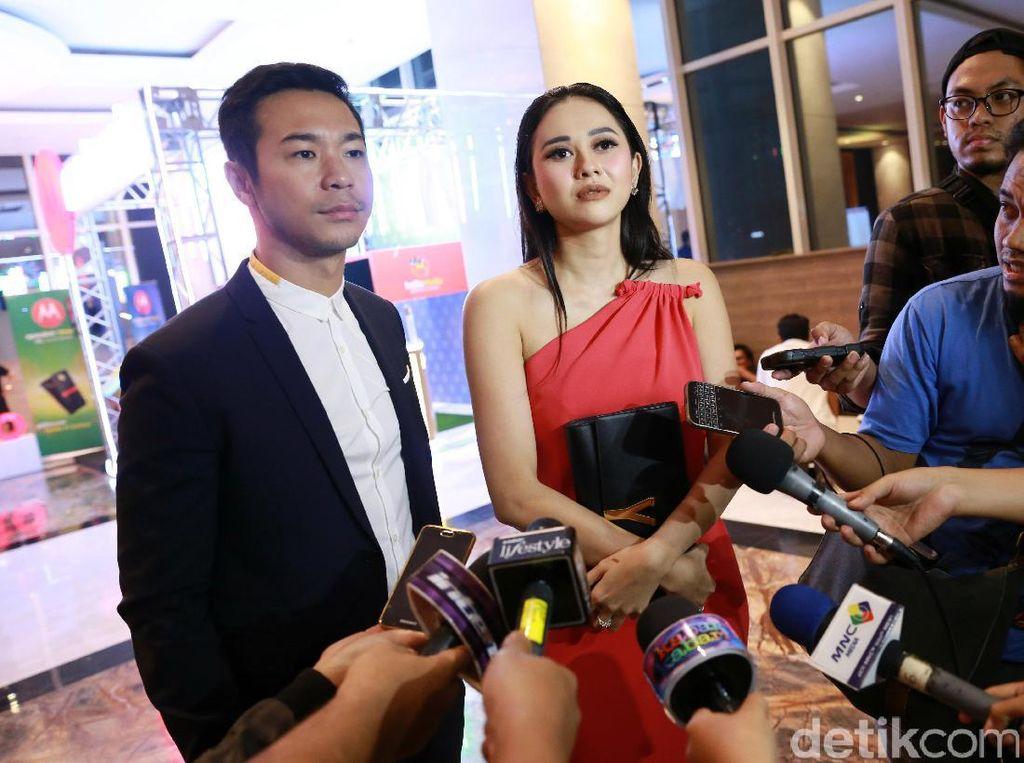 Aura Kasih tampil bersama seorang pria bernama Sandy Thema di acara Indonesia Movie Actors Awards (IMAA) 2017 di kawasan Kebon Sirih, Jakarta Pusat pada Kamis (18/5/2017) malam. Pool/Palevi S/detikFoto.