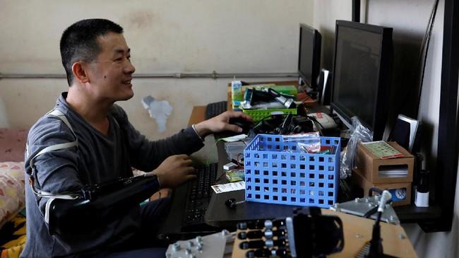 Chang sempat menggunakan lengan palsu, namun ia mengaku kecewa lantaran jari-jari tangannya tidak bisa digerakkan. Sementara desain yang diinginkannya kerap dibanderol mahal.(REUTERS/Tyrone Siu)