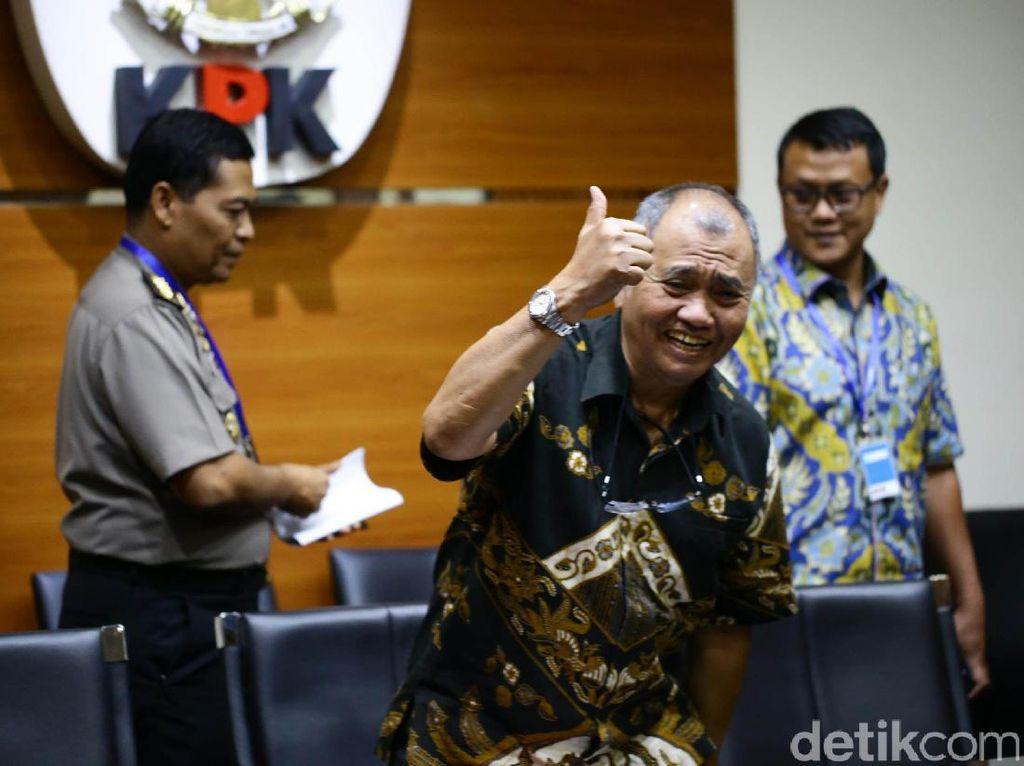 Ketua KPK Agus Rahardjo mengacungkan jempolnya sebelum jumpa pers.