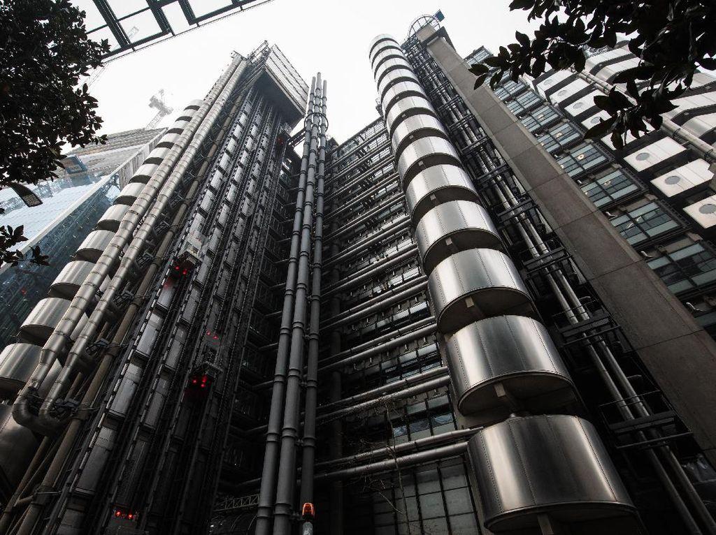Gedung terkenal lain dengan gaya futuristik adalah Lloyds building yang menghiasi cakrawala London. Jack Taylor/Getty Images.