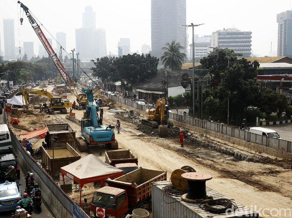 Imbas pembangunan ini, dua busway di Jl HR Rasuna Said, Kuningan, ditutup.