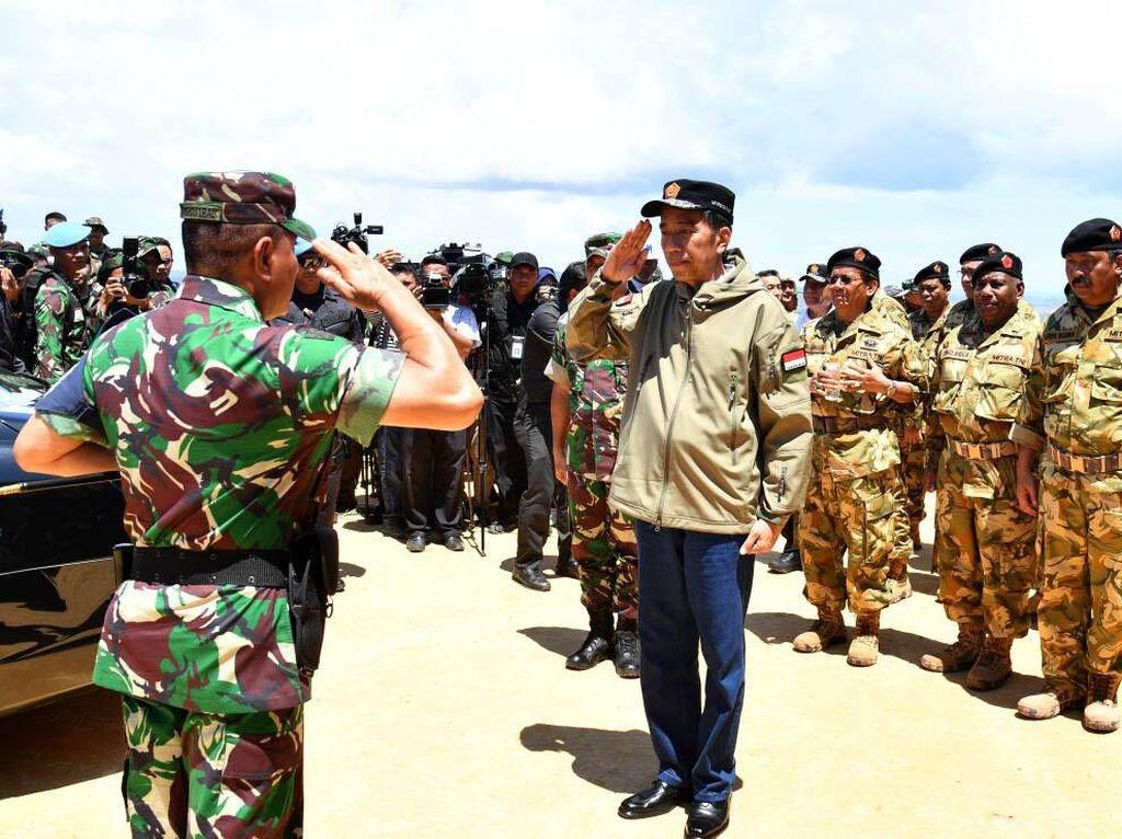 Pangkostrad Letjen Edy Rachmayadi memberikan penghormatan kepada Presiden Jokowi. Pool/Biro Pers Setpres.
