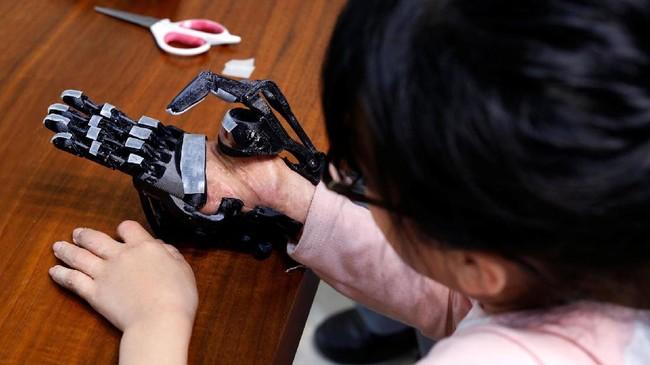 Proses pembuatan yang mudah serta biaya yang dihabiskan sekitar US$4.000 mendorong Chang aktif membuat lengan bionik. (REUTERS/Tyrone Siu)