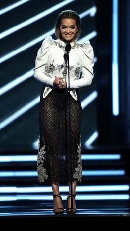 Rita Ora Tampil Seksi dengan Rok Transparan di Billboard Music Awards