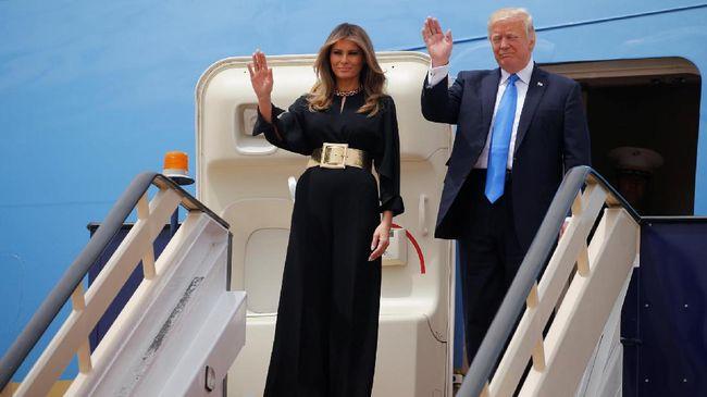 Tak Lagi Menepis, Melania Sambut Tangan Trump