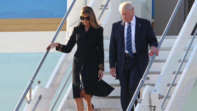 Mengungkap Makna di Balik Tepis Tangan Melania Trump