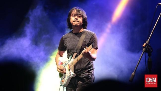 The Six Strings merupakan gabungan lima gitaris kenamaan Indonesia: Dewa Budjana, Baron, Tohpati, Baim, dan Eros 'So7.' (CNN Indonesia/Andry Novelino)