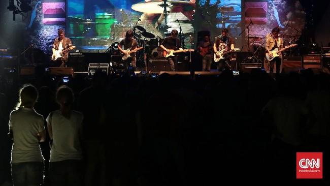 Musisi legendaris Indonesia mengisi hari ke-dua gelaran Bali Blues Festival 2017 di Nusa Dua, Sabtu (27/5) malam. (CNN Indonesia/Andry Novelino)