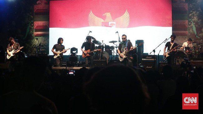 Gelaran yang berlangsung sejak Jumat (26/5) itu ditutup penampilan The Six Strings dan Krakatau Reunion, dua grup legenda yang berisi musisi kawakan Indonesia. (CNN Indonesia/Andry Novelino)