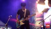Mereka memainkan musik bersama, sampai bergantian unjuk kebolehan dengan main gitar solo di atas panggung. (CNN Indonesia/Andry Novelino)