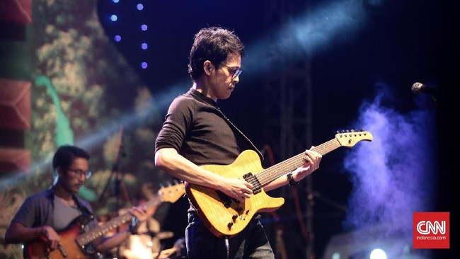 The Six Strings mengombinasikan musik Jazz dan Blues dengan baik, menghanyutkan penonton lewat kepiawaian mereka dengan instrumen. (CNN Indonesia/Andry Novelino)