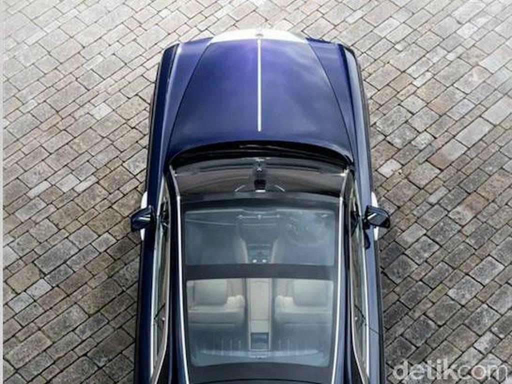Memang, bila dilihat dari sudut manapun mobil nampak seksi dan berbeda dari kendaraan lainnya. Misalkan panoramic glass roof yang menarik ditambah garis-garis khusus yang mengingatkan mobil Rolls-Royce pada tahun 1920-1930an dan kapal pesiar. Foto: Rolls-Royce