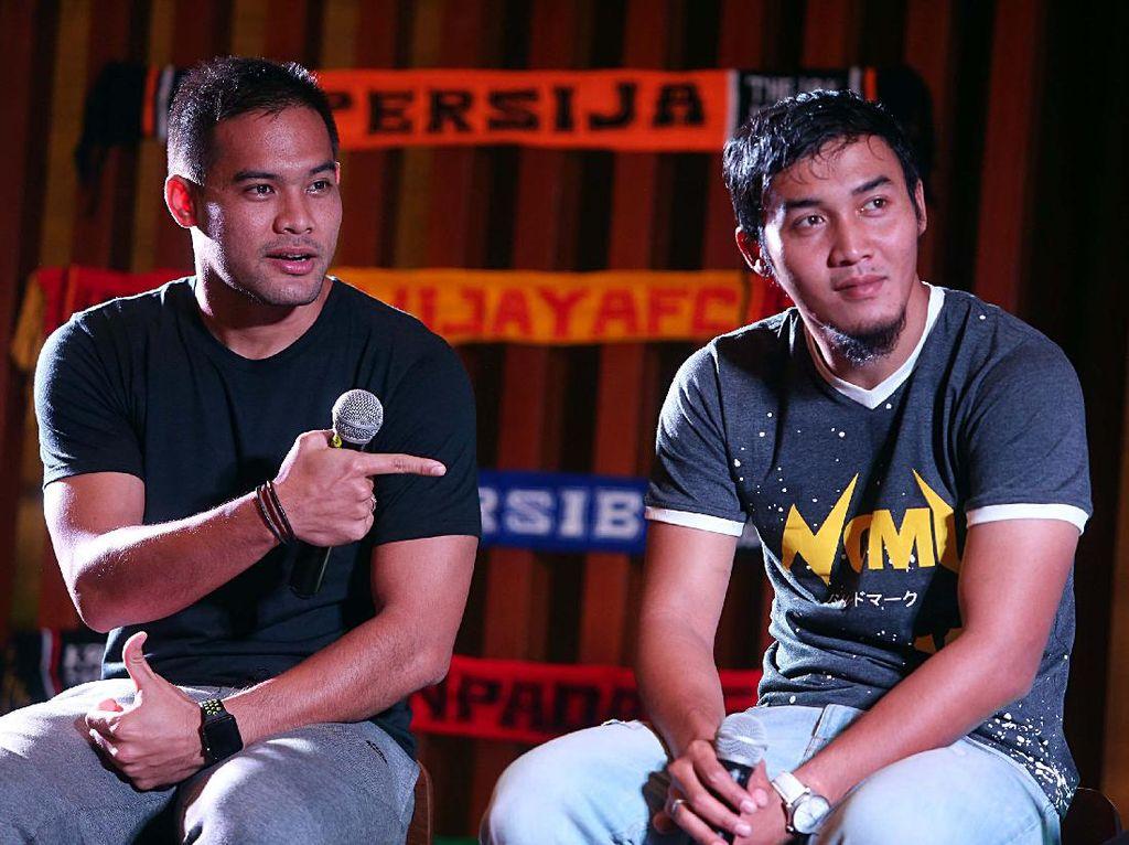 Dua bintang Liga Sepakbola Indonesia Gunawan Dwi Cahyo dan Andritany Ardhiyasa saat mempromosikan tayangan Liga 1 dan Liga 2 Sepak Bola Indonesia bisa ditonton di Live Streaming.