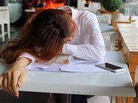 Lupa makan bisa mengurangi kadar gula dalam darah. Salah satu akibatnya adalah kekurangan energi dan sakit kepala. Seperti yang sering ibu kamu ingatkan, jangan sampai pingsan karena tidak makan! (Foto: Thinkstock)