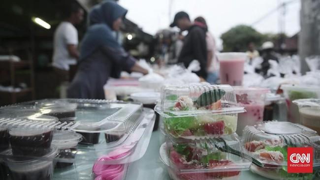 Di Gelogor Carik, Denpasar Selatan ini, suasana menjelang waktu buka puasa makin ramai oleh para penjaja panganan khas buka puasa, mulai dari bubur kacang hijau, kolak, gorengan, hingga lauk pauk. (CNN Indonesia/Andry Novelino)