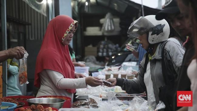 Salah satu tempat jajanan berbuka puasa yang cukup ramai di Bali berada di daerah Gelogor Carik, Denpasar Selatan. Di sini terdapat aneka menu berbuka puasa dari yang melepas dahaga hingga gorengan pun ada. (CNN Indonesia/Andry Novelino)