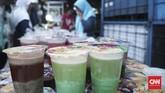 Sejumlah penjual makanan menata jajanannya semenarik mungkin, bahkan ada yang disesuaikan menurut warnanya yang mencolok mata.(CNN Indonesia/Andry Novelino)