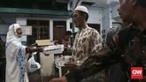 Warga desa Gelogor Carik secara bergilir menyerahkan menu berbuka untuk para musafir ataupun orang tua di sekitar sana. Mayoritas warga yang menyambangi musola Nurul Iman berasal dari Pekalongan, Jawa Tengah. (CNN Indonesia/Andry Novelino)