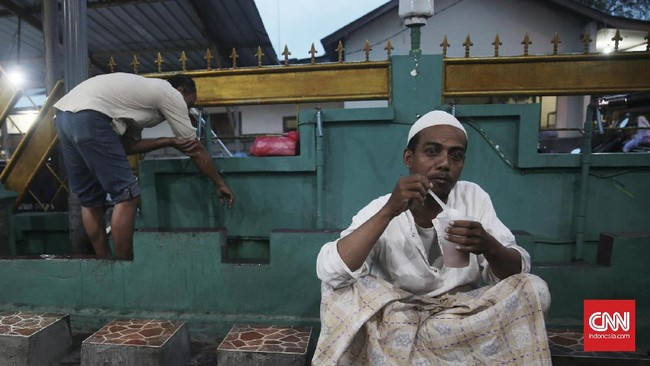 Menghabiskan waktu untuk berbuka bersama, lalu dilanjutkan dengan salat berjamaah telah menjadi tradisi yang berlangsung di musola Nurul Iman. (CNN Indonesia/Andry Novelino)