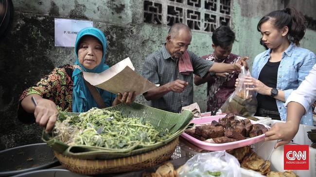 Karyawan perkantoran di daerah Kebon Kacang tidak menyia-nyiakan kesempatan untuk keluar kantor guna membeli makanan untuk berbuka di pasar takjil Kebon Kacang. (CNN Indonesia/ Hesti Rika)