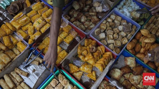 Para pedagang makanan yang berjualan di Pasar Takjil Benhil sebagian besar sudah memasak makanannya di rumah. Sehingga di pasar bisa langsung berjualan. (CNN Indonesia/Adhi Wicaksono)