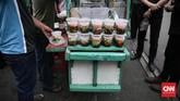 Warga membeli makanan takjil untuk berbuka puasa di kawasan Kebon Kacang, Jakarta, Rabu (31/5). Meski berada di gang sempit di antara rumah padat penduduk dan gedung-gedung perkantoran, pasar takjil Kebon Kacang menjadi lokasi favorit untuk berburu makanan berbuka puasa. (CNN Indonesia/ Hesti Rika)