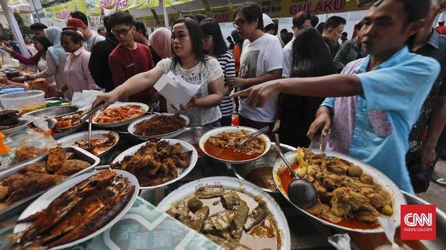 Beragam menu masakan khas Indonesia tersaji di Pasar Takjil Benhil. Mulai dari camilan, minuman, sampai lauk pauk untuk berbuka puasa. (CNN Indonesia/Adhi Wicaksono)