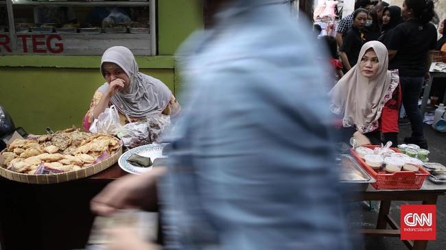 Gorengan dan kolak merupakan dua jenis makanan yang tidak pernah absen dijual pedagang di pasar takjil Kebon Kacang setiap ramadan datang. (CNN Indonesia/ Hesti Rika)