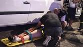 Tim medis pun berupaya sekuat tenaga menangani ribuan korban dan juga mengantar mereka ke rumah sakit terdekat.(REUTERS/Giorgio Perottino)