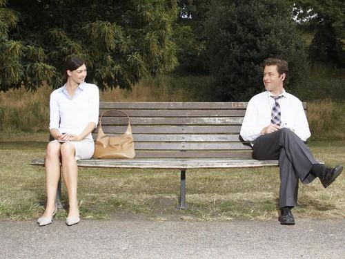 15 Tanda Wanita Menyukai Pria Secara Diam-Diam