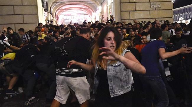 Malam nonton bareng final Juventus lawan Real Madrid Liga Champions yang dilakukan oleh ribuan Juventini di Turin berubah bencana. Sebuah ledakan terjadi di alun-alun San Carlo, Sabtu (3/6). (REUTERS/Giorgio Perottino)