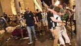Menurut video yang menyebar di media sosial, sesaat ketika Real Madrid akan memastikan diri menang 4-1 atas Juventus, terjadi ledakan di tengah-tengah San Carlo yang sontak membuat kerumunan melarikan diri.(REUTERS/Giorgio Perottino)