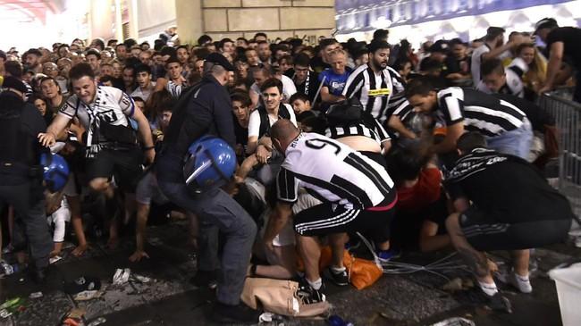 Ledakan tersebut mengagetkan ribuan Juventini yang baru saja mengetahui tim idola mereka kalah dari Real Madrid. Sontak, ledakan tersebut membuat ribuan penggemar lari kocar-kacir. (REUTERS/Giorgio Perottino)