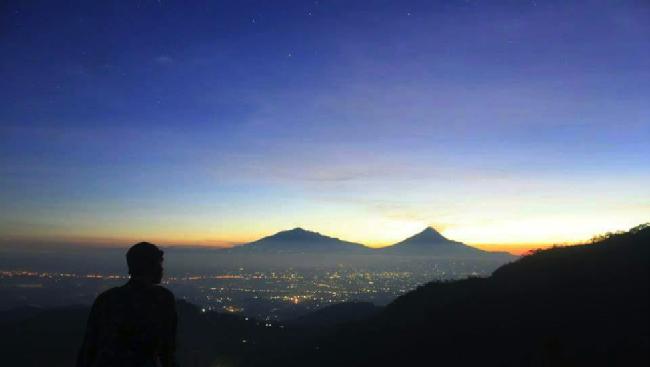 Bukit Ngisis, Spot Baru Lihat Sunrise Sambil Minum Teh Lokal