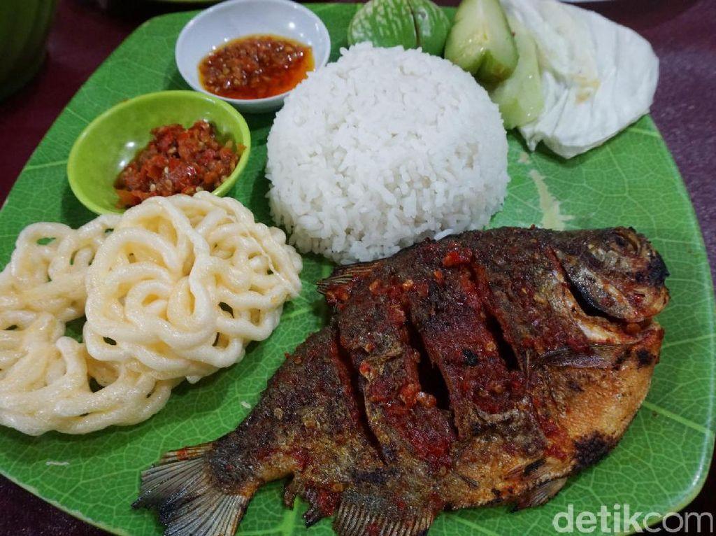Ikan bawal bakar yang gurih dibalur dengan sambal merah. Aromanya sedap dengan tekstur daging yang lembut. Semakin enak dipadu dengan nasi hangat, lalapan dan sambal serta kerupuk renyah.