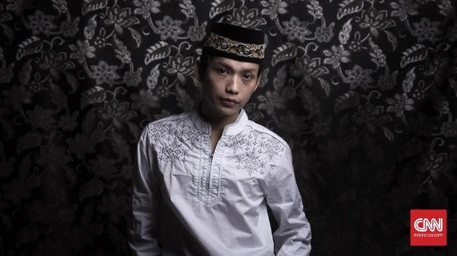 Namanya Wisnu (26), tapi ia akrab dipanggil Bella. Ia adalah salah satu santri di Pesantren Waria Al Fatah. Wisnu pernah melarikan diri dari rumah dan juga pernah menjadi PSK di seputaran jalan Pasar Kembang Yogyakarta. Wisnu berharap suatu saat ia kembali menjadi laki-laki. (CNN Indonesia/Hesti Rika)