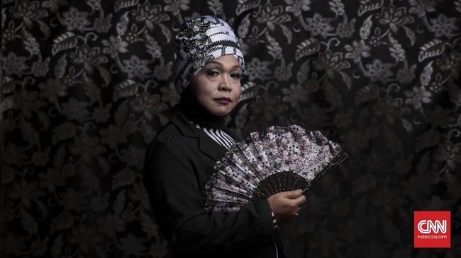 Pareta Arianto (55) atau yang biasa dipanggil Ririn adalah seorang waria yg keseharianya bekerja di salon menjadi tukang rias. Ririn sempat berkuliah di jurusan teknik IKIP (Universitas Negeri Yogyakarta saat ini), akan tetapi memutuskan tidak melanjutkan kuliah pada semester 5. (CNN Indonesia/Hesti Rika)