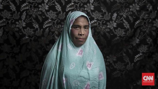 Aktivitas keseharian Inul saat ini menjadi pengamen di sekitaran Malioboro Yogyakarta. Keluarga Inul menerima dirinya menjadi waria dengan catatan tidak melakukan tindakan kriminal. (CNN Indonesia/Hesti Rika)