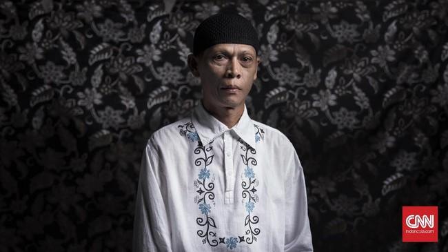 Suyatno (52) atau yang biasa dipanggil Ninik sudah mengikuti Pesantren Waria Al-Fatah dari awal berdiri pada 2006 silam. Semula menganut Katolik, Suyatno memutuskan jadi mualaf setelah masuk Pesantren Al Fatah. Sehari-harinya Suyatno menjadi koki. (CNN Indonesia/Hesti Rika)
