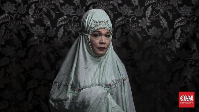Sama seperti Ninik, Ririn bergabung di Pesantren Al-Fatah mulai dari sejak awal berdirinya pesantren tersebut. Ririn merasa dirinya sudah menjadi perempuan seutuhnya dan selalu menggunakan kerudung dalam keseharian. (CNN Indonesia/Hesti Rika)