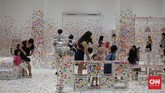 Karya Yayoi juga melibatkan anak-anak. Bekerja sama dengan Children Biennale yang juga sedang digelar di National Gallery Singapore, disediakan satu ruangan dengan perabot yang serba putih. Anak-anak yang berkunjung bisa menempelkan stiker polkadot warna-warni.