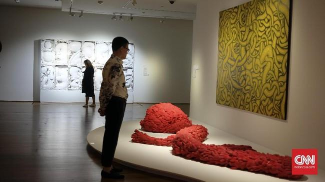 Yayoi punya karakter kuat dalam karya-karyanya. Ia identik dengan warna-warni cerah, polkadot, labu, motif jaring, dan penggunaan cermin. Karya-karyanya, mulai instalasi sampai lukisan, sangat 'Instagram-genik.'
