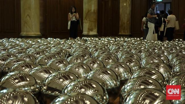 Karya lain yang menarik adalah Narcissus Garden, berupa bola-bola stainless steel yang ditebar acak di lantai maupun air. National Gallery menggunakan satu ruangan khusus untuk 1.500 bola itu. Dinamakan Narcissus Garden, karena itu 'taman' melihat refleksi diri.