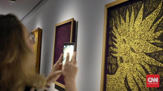 Yayoi Kusama, seniman asal Jepang menggelar pameran di National Gallery Singapore. Pameran yang digelar 9 Juni hingga 3 September mendatang itu merupakan pameran besar pertamanya di Asia Tenggara.