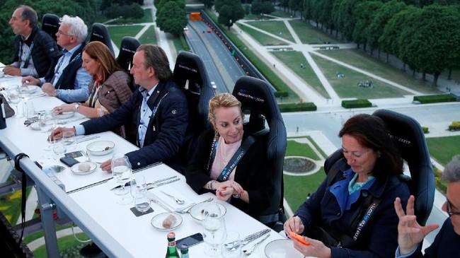 Untuk bisa menikmati pengalaman ini, para tamu harus mengantre setidaknya 40-60 menit, tergantung pada kursi pilihan mereka. (REUTERS/Francois Lenoir)