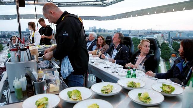 Satu buah crane 'restoran' udara ini dilayani oleh seorang chef yang menyajikan makanan bagi para tamu. Meja chef ini berada di tengah dan dikelilingi oleh tamu. (REUTERS/Francois Lenoir)